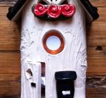 Ringklocka-Brevlåda och röda blommor