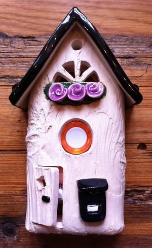 Ringklocka-Brevlåda och lila blommor