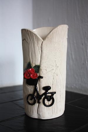 Vas-Cykel med röda blommor