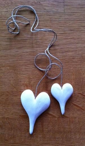 Stora vita hjärtan på långt-snöre