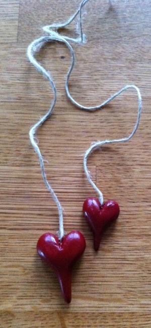 Röda hjärtan på långt-snöre