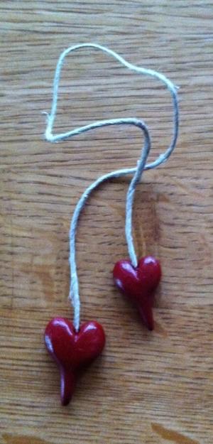 Röda hjärtan på kort-snöre