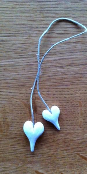 Vita hjärtan på kort-snöre
